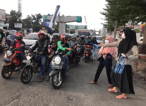 Cegah Corona Meluas, Masika ICMI Sulsel Bagikan Masker dan Hand Sanitizer ke Pengguna Jalan