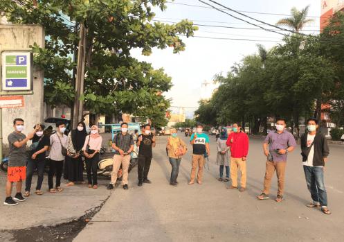 Anggota Masika ICMI Sulsel Sesaat Sebelum Membagikan Masker dan Hand Sanitizer ke Pengguna Jalan di AP Pettarani Makassar